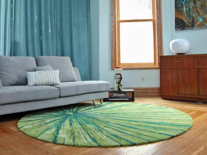 trend teppich modell idee grüner teppich im wohnzimmer blaue vorhänge graues sofa