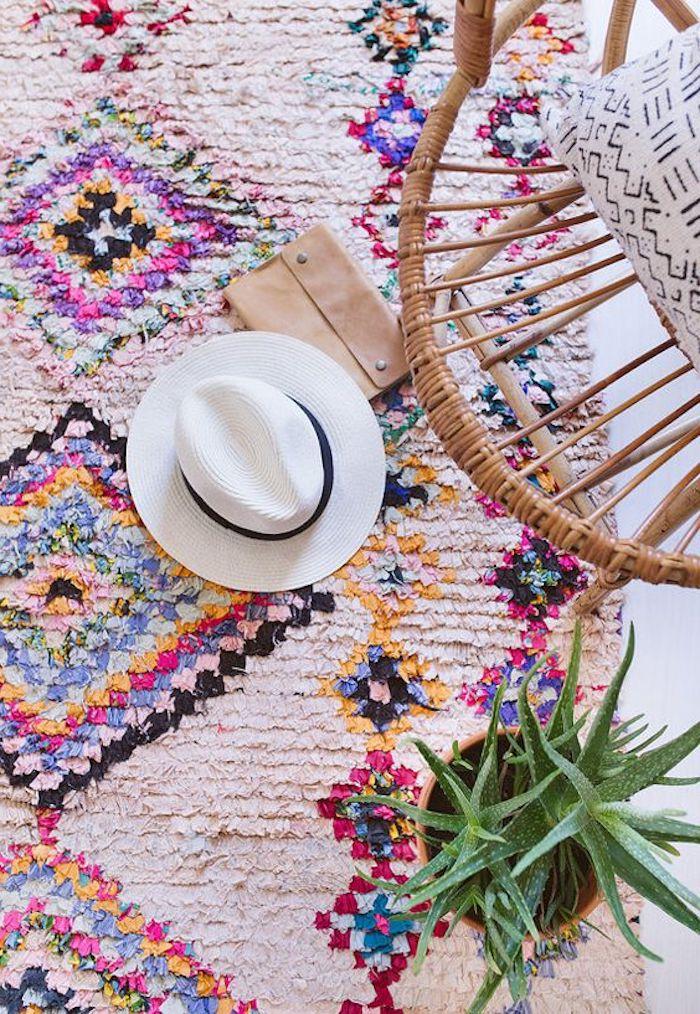 teppich traum bequemes und farbenfrohes design hut handtasche stuhl kissen pflanze