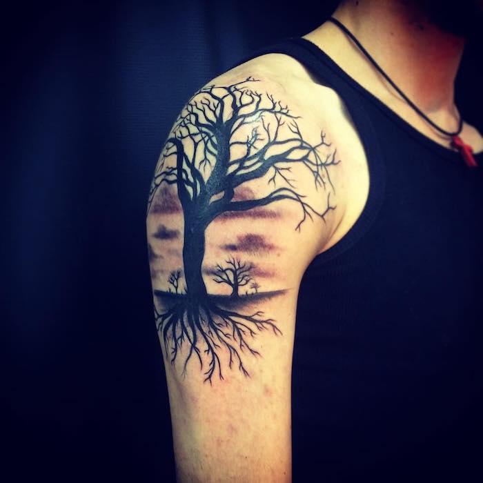 ein Tattoo Lebensbaum auf einer Wiese voller Bäume vor Sonnenuntergang