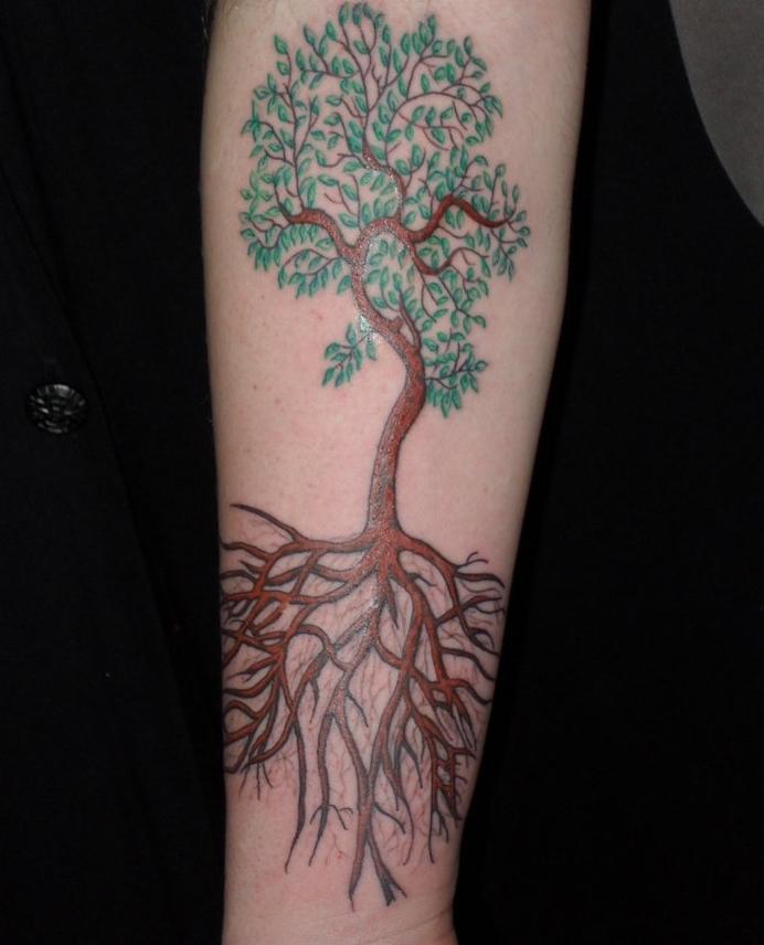 Baum des Lebens Tattoo am Unterarm ein Baum im Frühling mit langem Wurzel
