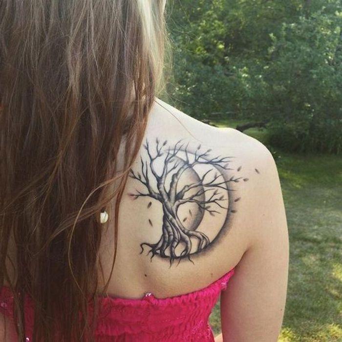 ein Tattoo Lebensbaum mit dem Mond im Hintergrund am Rücken, über rosa Bluse