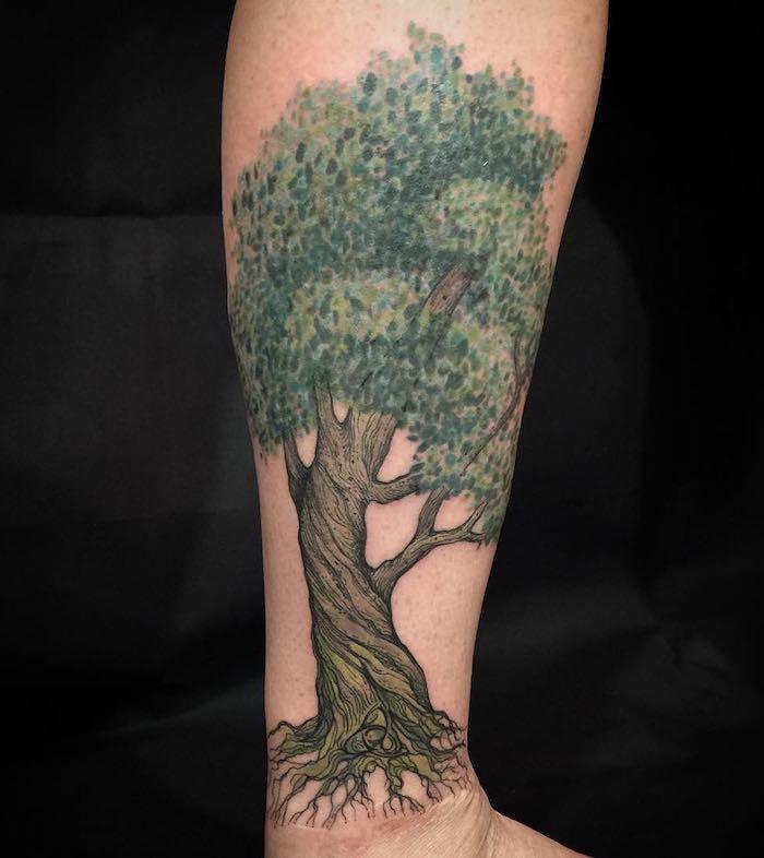 Baum des Lebens Tattoo ein Baum mit einer reichen Krone und kleinem Wurzen