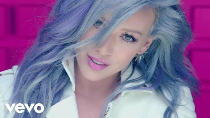 Hilary Duff mit lila Haaren, violette Lippen, natürlicher Augen-Make-up, weißer Outfit
