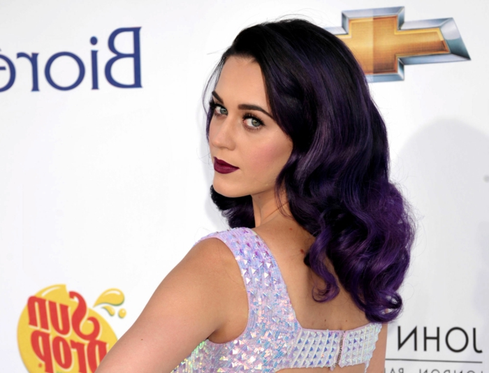 Katy Perry mit dunkellila Haaren, natürlicher Augen-Make-Up, weinroter Lippenstift, pfirsisch Rouge