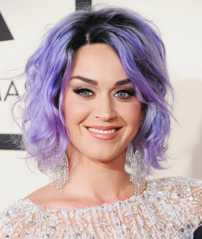lila Haare, Bob-Frisur, auffällige Ohrringe, pfirsich Lippenstift, schwarze Mascara und Eyeliner, Katy Perry