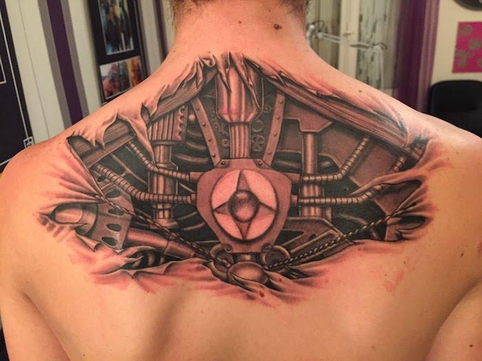 tattoo motive männer, mann mit biomechanischer tätowierung am rücken, tattoo rücken mann biomechanik