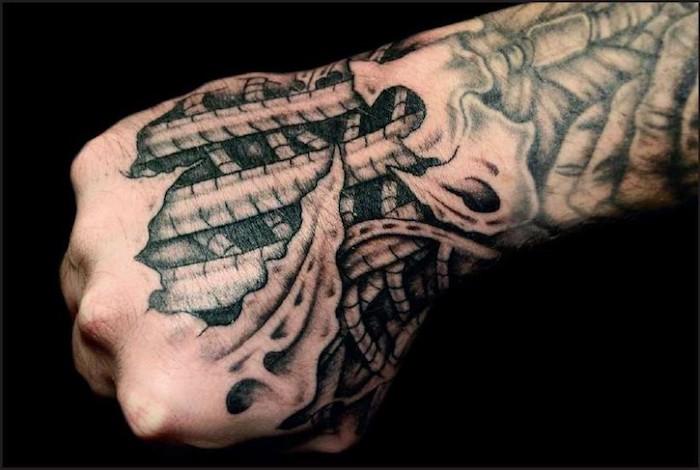 männer tattoos, hand tätowieren, schwarz-graue 3d tätowierung, biomechanik tattoo hand