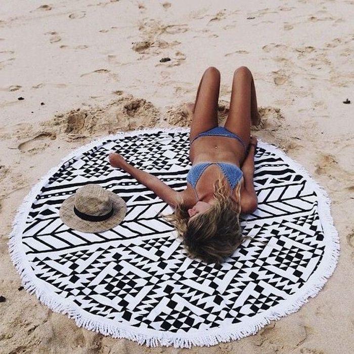 teppich kurzflor beige schwarz-weißes mandala design auf dem strand hut bikini