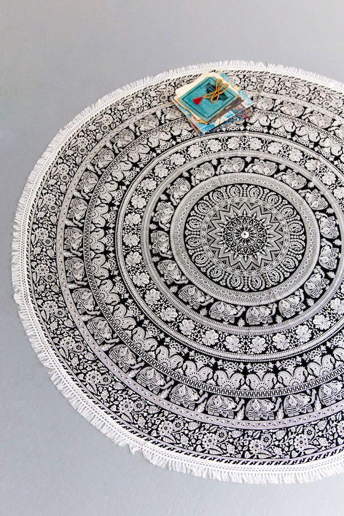 teppich kurzflor beige idee zum nachmachen mandala teppich in schwarz und weiß