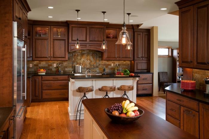 Küche mit Massivholzmöbeln einrichten, Eleganz und Gemütlichkeit zuhause, natürliche Materialien