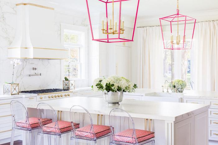 vintage kuche kuchendesign ideen weisse kuche mit rosa akzente unde dekorationen lampe dezente landhaus kuche shabby chic