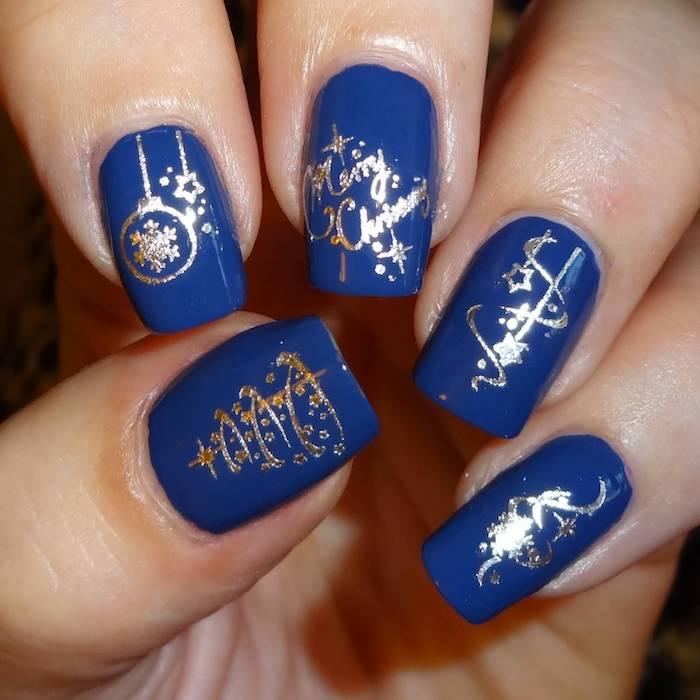 winternägel design idee dunkelblaue maniküre mit silbernen elementen weihnachten