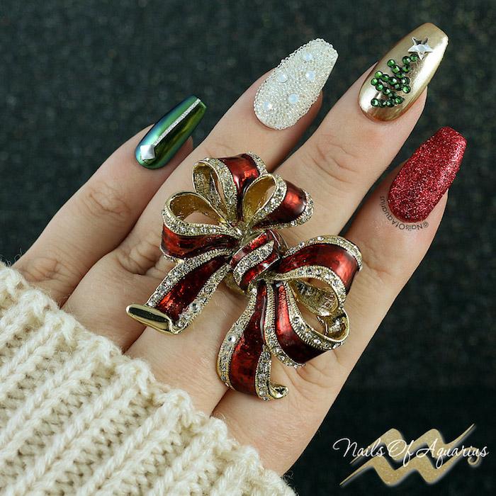 weihnachtliche nägel großer ring weihnachtlich rot golden festliche maniküre idee