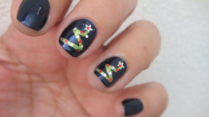 gelnägel winter schwarze maniküre kurze nägel mit dezenten dekorationen weihnachtsbaum
