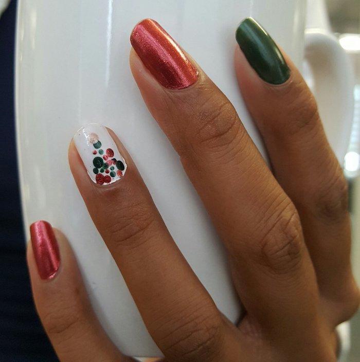 winter nageldesign ideen nägel in rot weiß grün gepunktete nägel dekoration maniküre