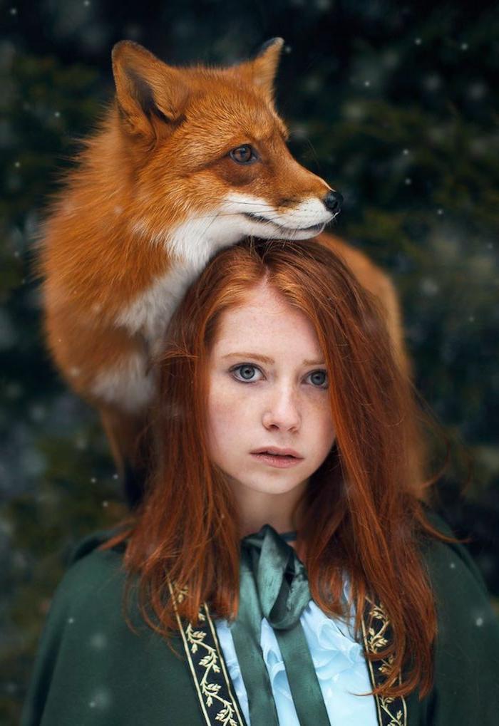 naturrote Haare, graue Augen, rosa Lippen, grüner Umhang, Mädchen und Fuchs