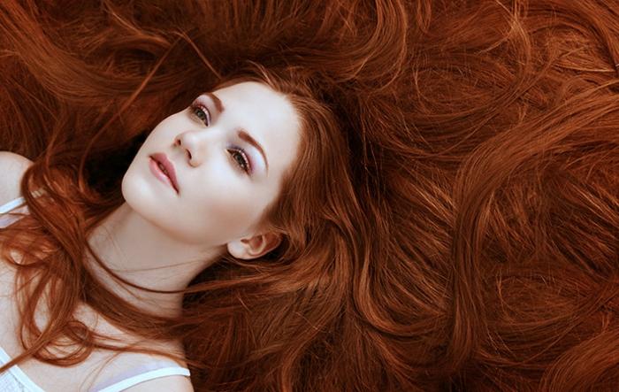 wunderschöne, kupferfarbene Haare, natürliche Schönheit, Schneewittschen-Teint, rosa Lippen