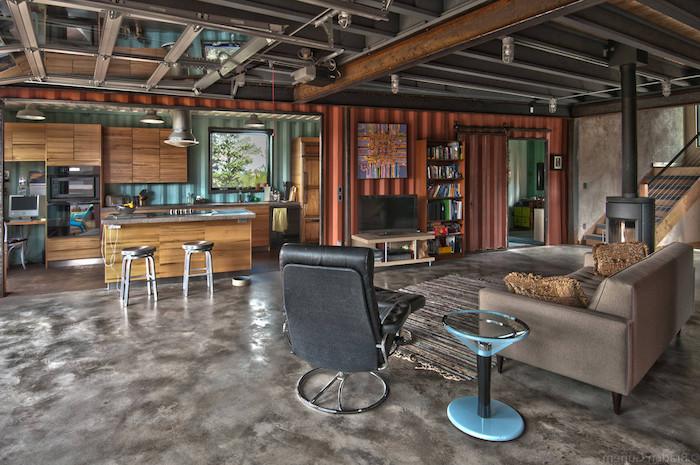 noch eine tolle idee zum thema container haus einrichtung - ein zimmer mit sofas, stühlen, teppich und lamoen - wohnung im landhausstil