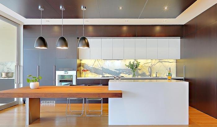 eine Wohnküche mit vielen Arten von Beleuchtung - Lampen, indirektes Licht und Deckenleuchte