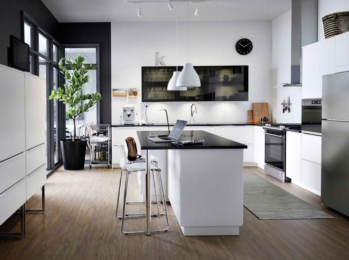 Wohnküche, die auch als Arbeitszimmer verwendet werden kann, Lampen in weißer Farbe