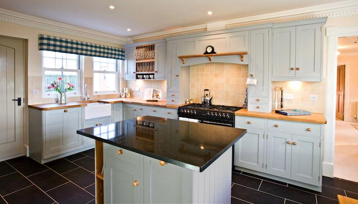 Küchen Ideen eine schwarze Arbeitsplatte und hellblaue Farbe von den Regalen
