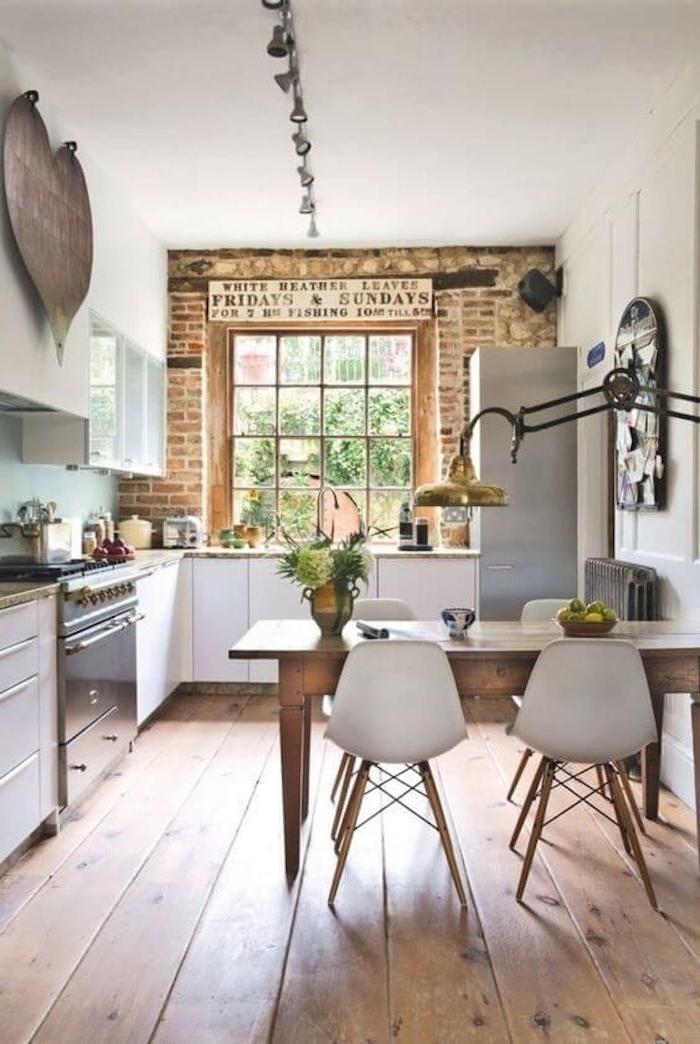 ein Tisch mit vier Stühle in skandinavischem Stil in den kleinen Wohnküchen