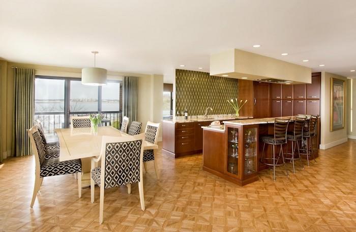 extravagante Küchen Ideen Stühlen mit geometrischen Motiven und Hocke an der Theke