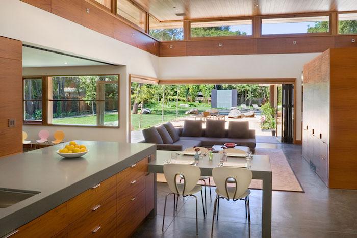 Küchen Ideen von einem Haus mit grünen Garten, die Ausstattung ist nach Feng Shui