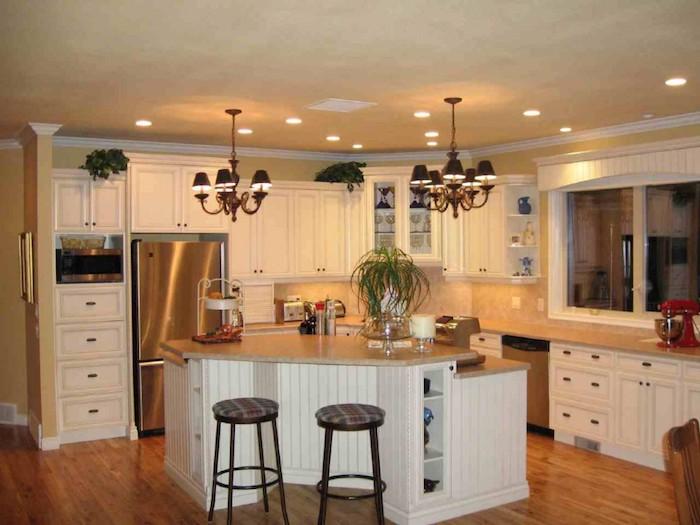 Küchen Ideen für eine Eckküche mit weißen Regalen, orange Fliesen und Laminat Boden