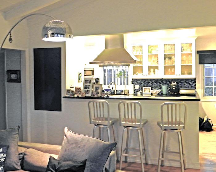 offene Küche an dem Wohnzimmer mit Sofa aus Sanft und viele Dekorationen in der Küche
