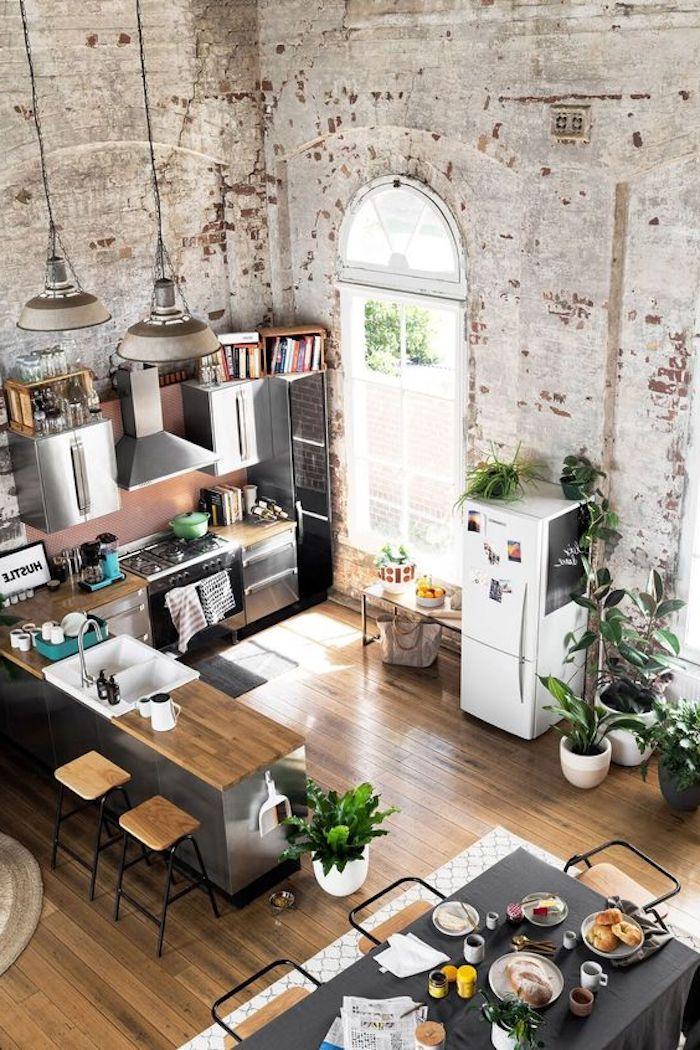 Offene Küche mit Wohnzimmer im Altbau, der Tisch ist für Früstück gedeckt