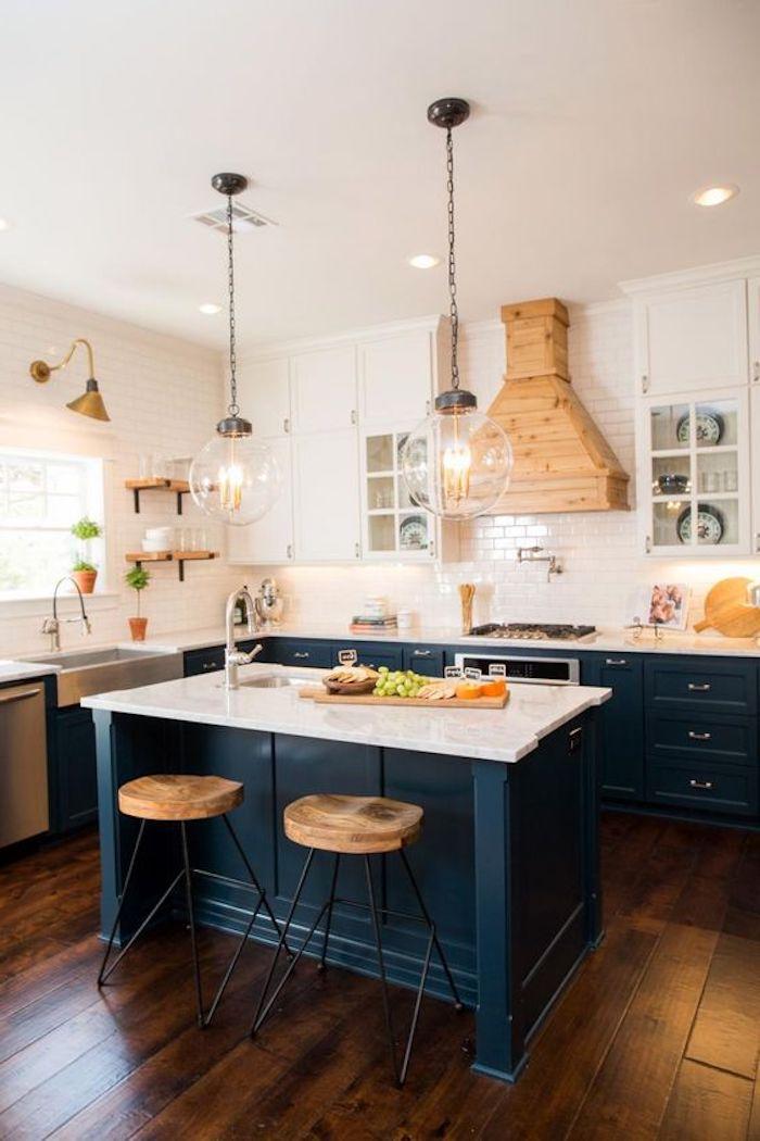 blaue Regale, zwei hängende runde Lampen aus Glas, Wände mit weißen Fliesen - offene Küche