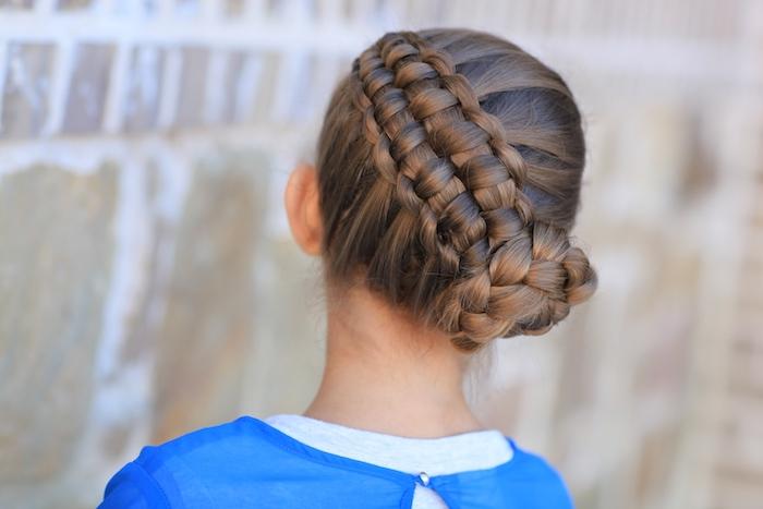 ein kleines Mädchen mit braunen Haaren wie eine Blume geflochtene Frisur - Dirndl Frisuren