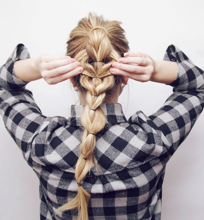 ein Zopf aus vielen Teilen auf ein blondes Haar - Vorbereitung für Oktoberfest - Dirndl Frisuren