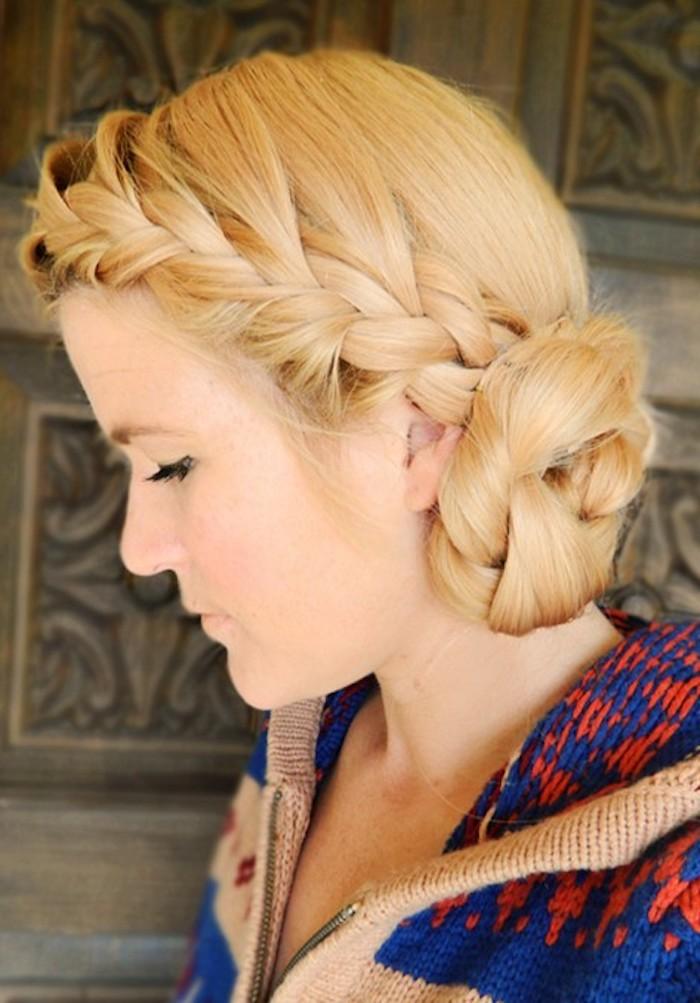 ein blondes Haar kompliziert geflochten Frisur mit Haarband aus Zopf