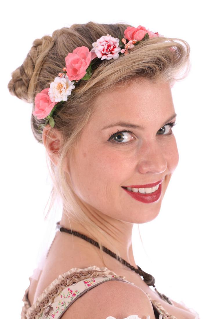 Frisuren mit Haarband voller Blumen in rosa und weiße Farben Mädchen mit Dirndl