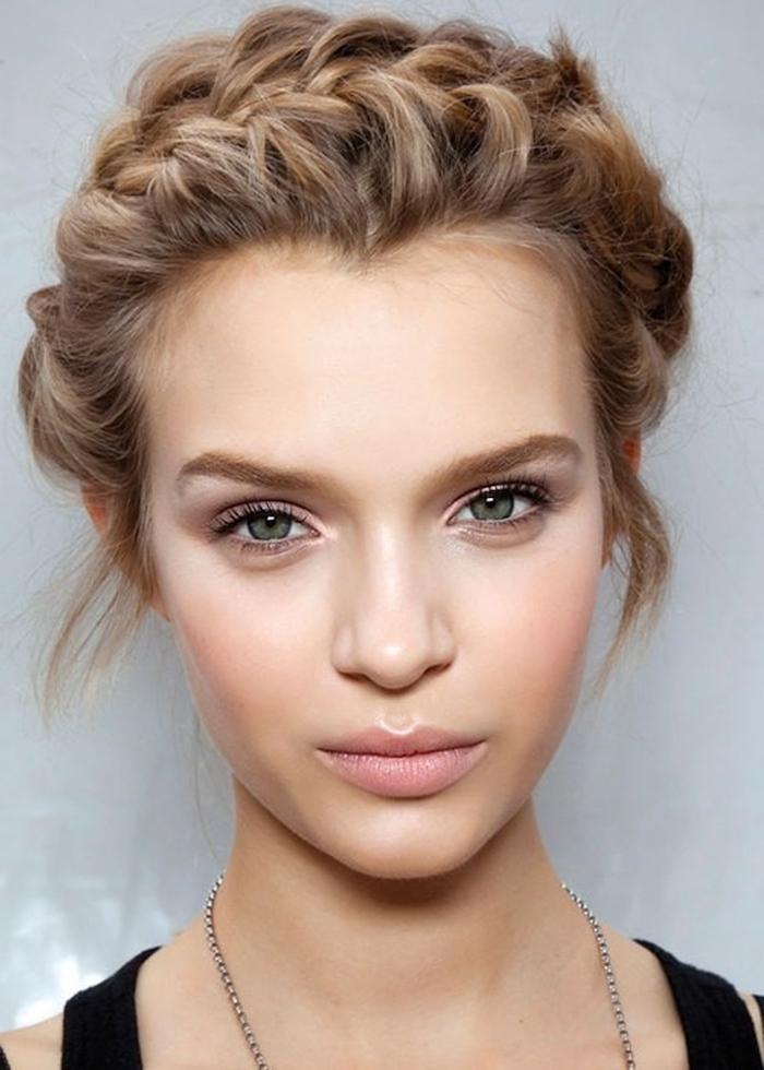 eine schöne Frau mit schöner Schminke und mit einer geflochtenen Frisur - Wiesn Frisuren