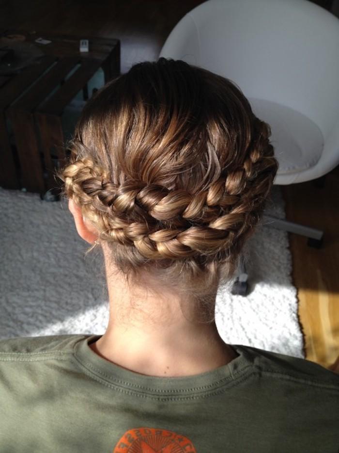 braunes Haar eine geflochtene Frisur mit zwei Zöpfe aufeinander - Wiesn Frisur