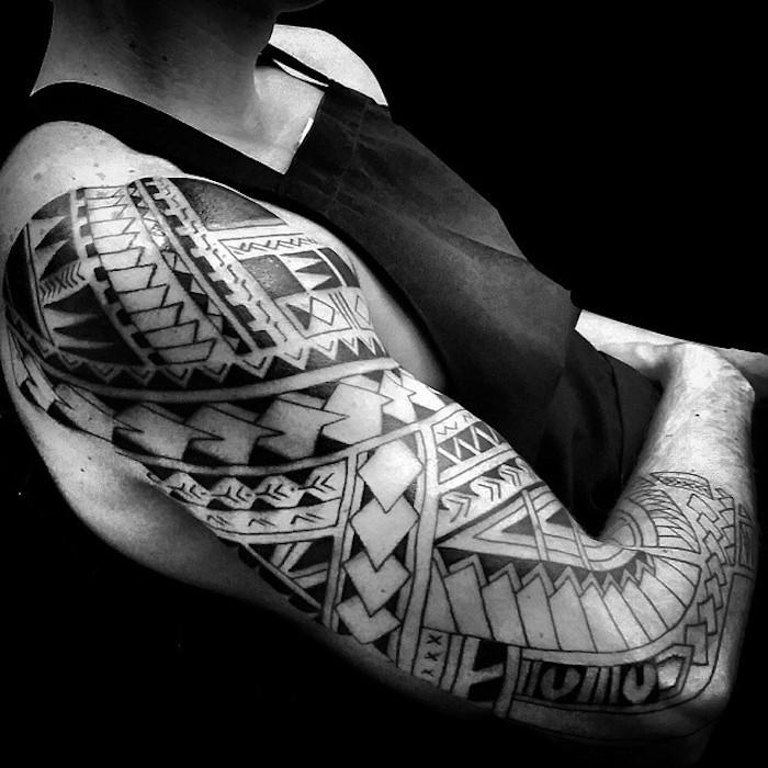 tattoo arten, mann mit tätowierung mit geometrischen figuren