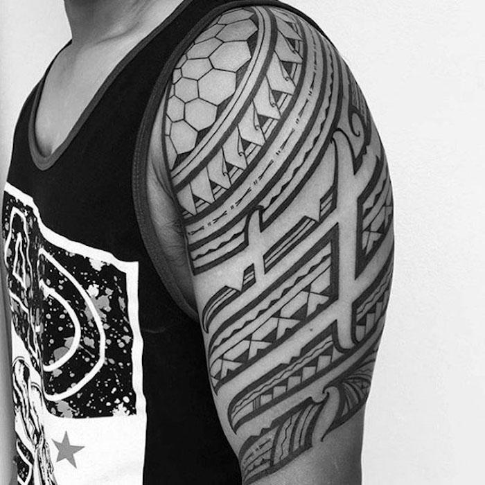 tattoo arten, mann mit tätowierung in schwarz und grau am oberarm
