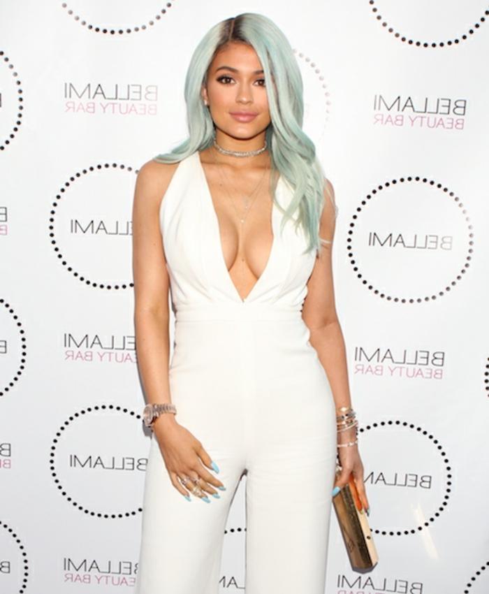 Kylie Jenner mit hellblauen Haaren, coole Ideen für Damenfrisuren, weißer Outfit, natürlicher Make-up