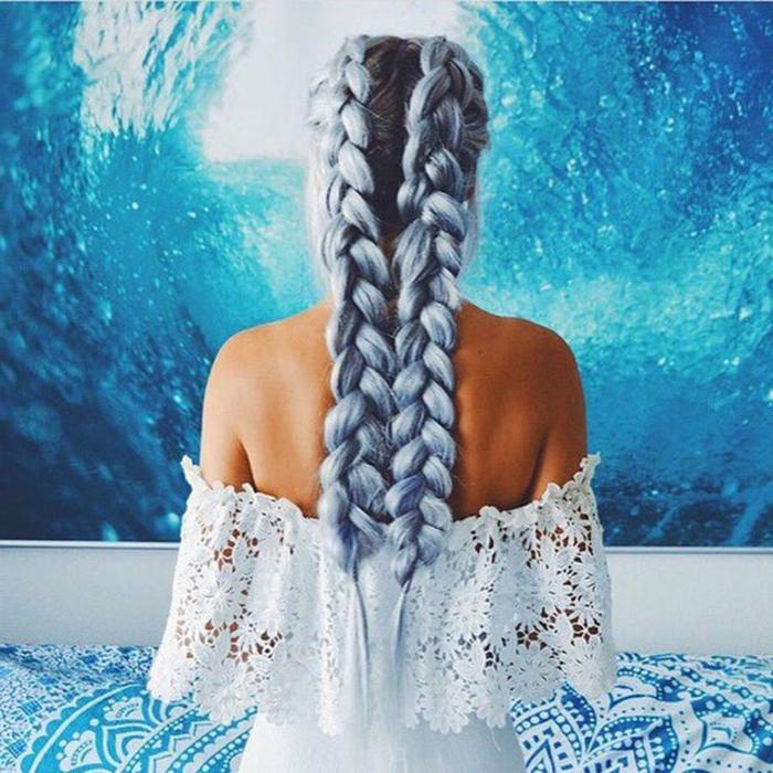 eine schöne Meerjungfrau, blaue, lange Haare, zwei Zöpfe, olivfarbene Haut, weiße Spitzenbluse