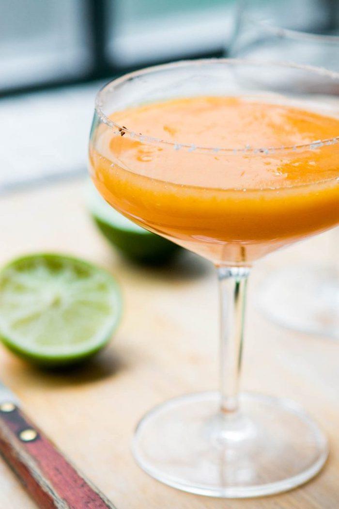 sharonfrucht-cocktail vorbereiten, margarita mit kaki früchten und limetten