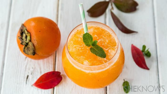 cocktail mit sharonfrucht, sodawasser und pfefferminze, gesunde getränke