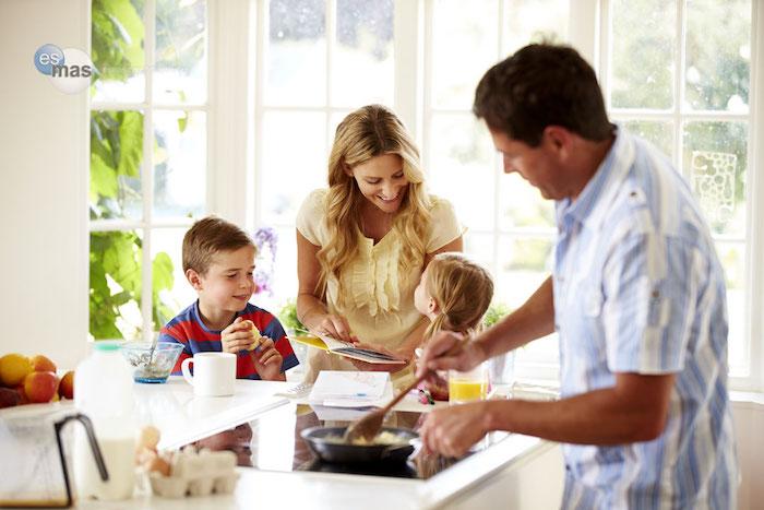 liebe momente zusammen mit der familie mama papa und die zwei kinder kochen zusammen