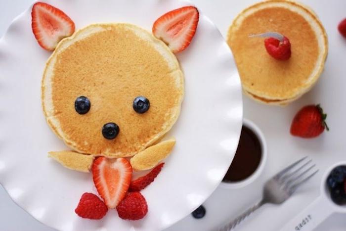 lustige pfannkuchen fröhliche kinder gerichte in der pfanne blaubeeren erdbeeren crepes