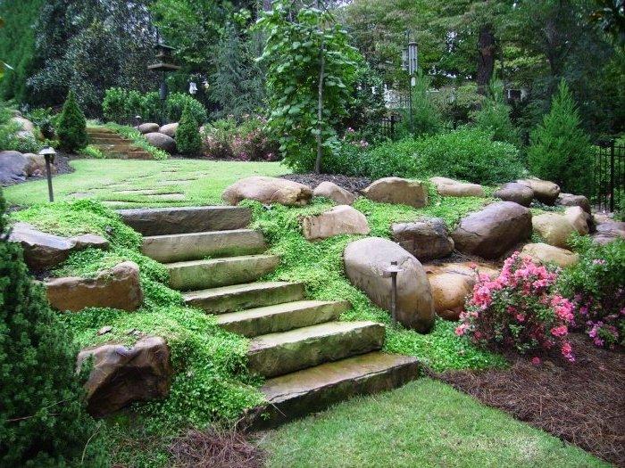 pflegeleichter garten mit raigras und natursteinen, hintergarten