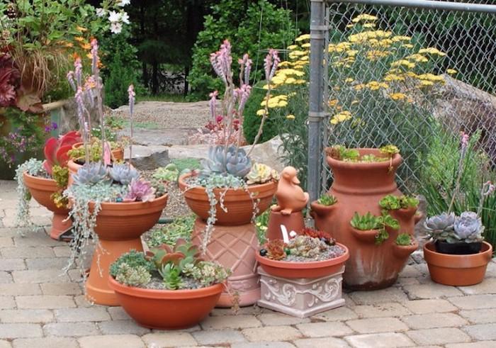 gartengestaltung kleine gärten, keramische blumentöpfe mit gartenpflanzen