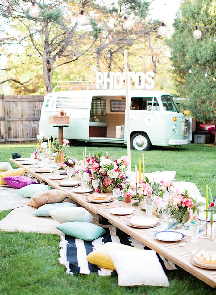 picknicken im Hinterhof, blauer Wagen, Volkswagen, Blumendeko