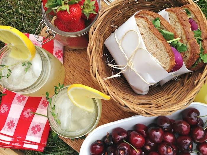 einfache Idee, Erdbeeren im Glas, Kirschen, Holzbrett, Gras, Korb